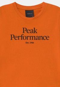 Peak Performance - ORIGINAL COLD BLUSH UNISEX - Triko spotiskem - orange altitude - 2