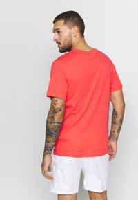 Nike Performance - COURT TEE - Camiseta básica - ember glow - 2
