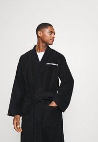 KARL LAGERFELD - LOGO BATHROBE UNISEX - Dressing gown - black - 3