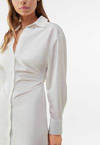 Bershka - MIT RAFFUNGEN - Shirt dress - white - 3