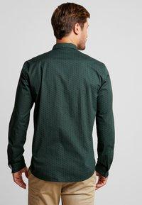 TOM TAILOR DENIM - ALLOVER PRINTED STRETCH  - Shirt - green - 2