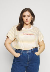 Levi's® Plus - VARSITY TEE - Print T-shirt - pearl tofu - 0