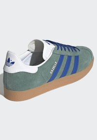 adidas Originals - GAZELLE UNISEX - Sneakers basse - hazy emeraldteam royal blue gum - 2