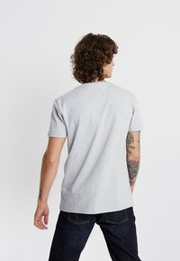 Tommy Jeans - BADGE TEE - Basic T-shirt - grey - 2
