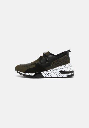 CHUNK - Sneakersy niskie - olive/multi