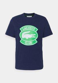 Lacoste - T-shirt med print - scille - 0