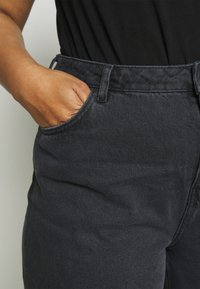 NU-IN - HIGH RISE TAPERED MOM - Relaxed fit jeans - black - 4