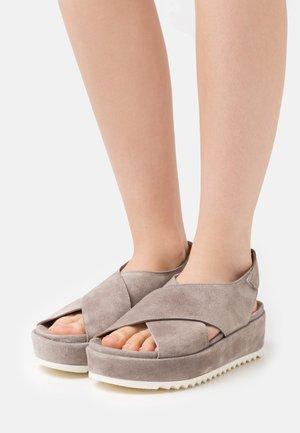 Sandály na platformě - universo
