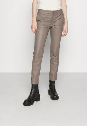 LEYA - Spodnie skórzane - grey