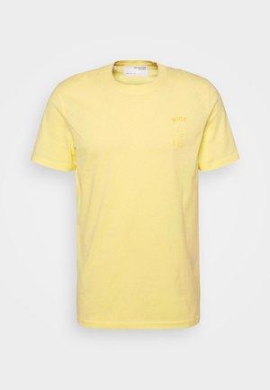 SLHCARTER O NECK TEE - T-shirt z nadrukiem - mellow yellow