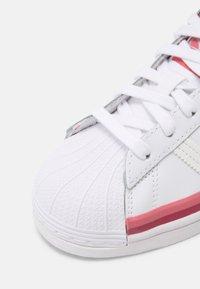 adidas Originals - SUPERSTAR UNISEX - Joggesko - white - 6