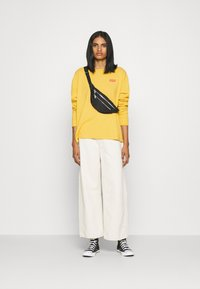 Levi's® - GRAPHIC OVERSIZE TEE - Long sleeved top - dark yellow - 1