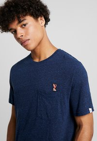 REVOLUTION - PEN - T-shirt print - navy melange - 4