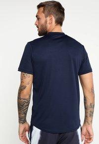 Nike Performance - DRY BLADE - T-shirt imprimé - obsidian/white - 2