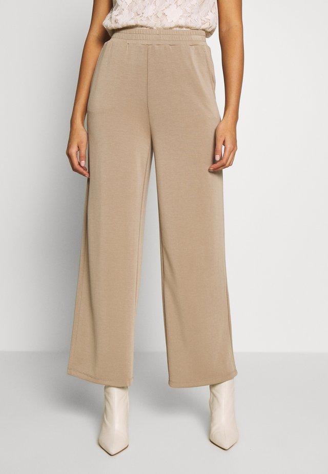 ONQGAIA WIDE PANT - Pantalones - chinchilla