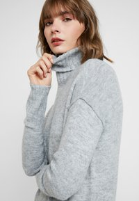 Vero Moda - VMLUCI ROLLNECK DRESS - Strikket kjole - light grey melange - 5