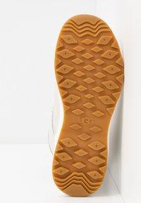 UGG - ADIRONDACK III FLUFF - Zimní obuv - white - 6