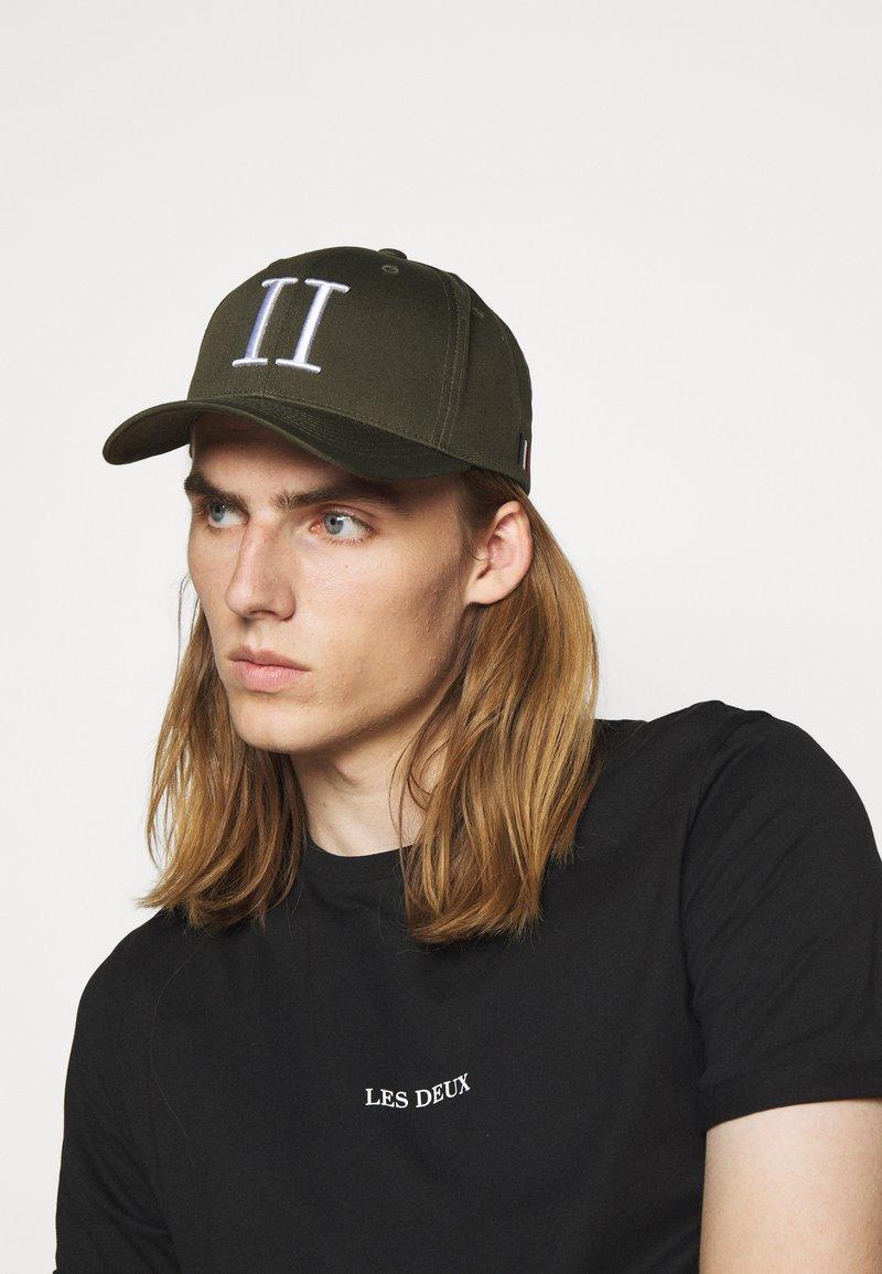 Les Deux - BASEBALL CAP - Cap - dark green/white
