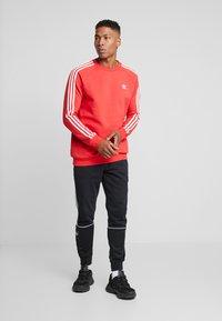 adidas Originals - 3 STRIPES CREW UNISEX - Sweatshirt - lush red - 1