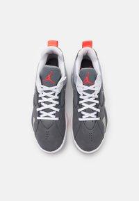 Jordan - ZOOM '92 - Sneakers alte - cool grey/white/dark grey/sky grey/bright crimson - 3