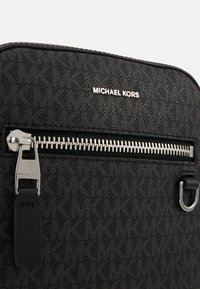Michael Kors - HENRY FLIGHT BAG UNISEX - Across body bag - black - 5