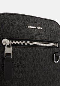 Michael Kors - HENRY FLIGHT BAG UNISEX - Umhängetasche - black - 5