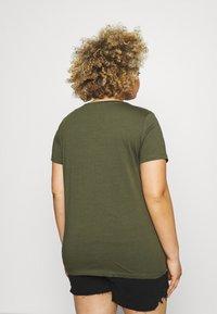 ONLY Carmakoma - CARZIM LIFE TEE - Print T-shirt - kalamata - 2