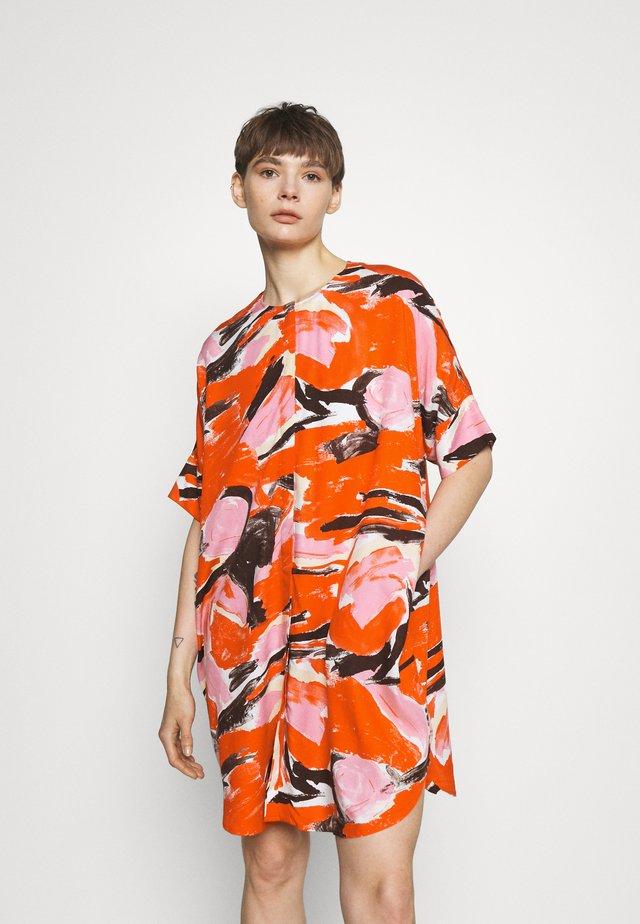 LOOKI DRESS - Denní šaty - artyred print