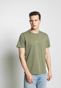 NN07 - ETHAN PRINT TEE  - Basic T-shirt - thyme - 0