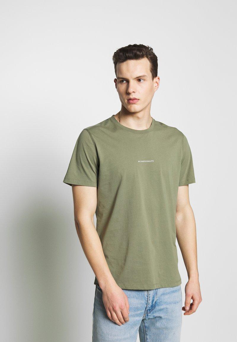 NN07 - ETHAN PRINT TEE  - Basic T-shirt - thyme