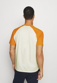 Champion - LEGACY CREWNECK  - T-shirt con stampa - off-white/yellow - 2