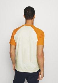 Champion - LEGACY CREWNECK  - Camiseta estampada - off-white/yellow - 2
