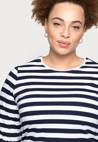 Pieces Curve - PCRIA NEW TEE - Long sleeved top - bright white/maritime navy - 4