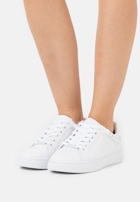 Guess - RIYAN - Sneakers basse - white - 0