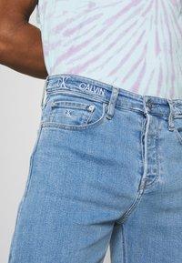 Calvin Klein Jeans - 90'S STRAIGHT LOGO WAISTBAND - Džíny Straight Fit - denim medium - 5