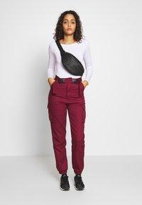 Missguided - DOUBLE BUCKLE DETAIL TROUSER - Pantalon cargo - burgundy - 1