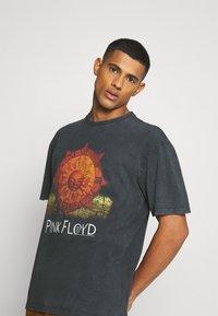 Revival Tee - PINK FLOYD SUN TEE UNISEX - Print T-shirt - black - 3