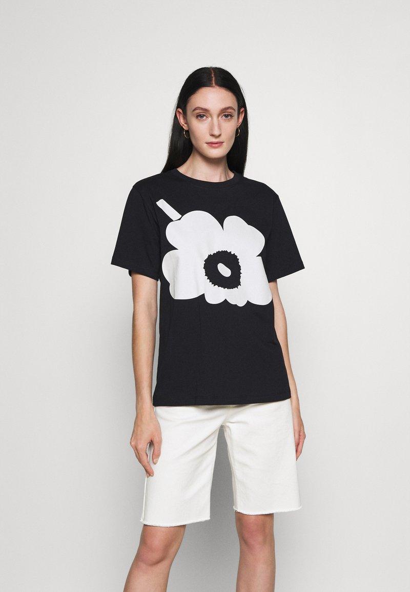 Marimekko - KIOSKI HIEKKA UNIKKO PLACEMENT T-SHIRT - T-shirt z nadrukiem - black/off white