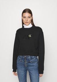 Calvin Klein Jeans - MONOGRAM CROPPED - Sweatshirt - black - 0
