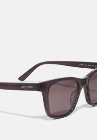 Calvin Klein - UNISEX - Sunglasses - crystal charcoal/grey - 3