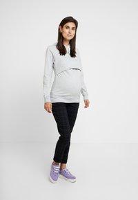 Zalando Essentials Maternity - Hættetrøjer - light grey melange - 1