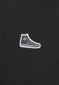 Converse - CHUCK TAYLOR PATCH SHORT SLEEVE TEE UNISEX - Print T-shirt - black - 2
