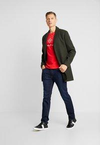 GANT - LOCK UP  - T-shirt med print - bright red - 1
