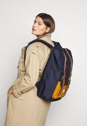 LITTLE AMERICA - Tagesrucksack - peacoat/buckthorn brown