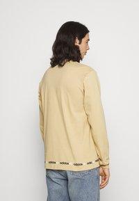 adidas Originals - LINEAR REPEAT ORIGINALS LONG SLEEVE - Long sleeved top - hazy beige - 2