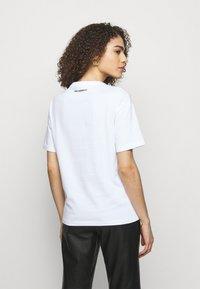 KARL LAGERFELD - BOUCLE POCKE - T-shirt imprimé - white - 2