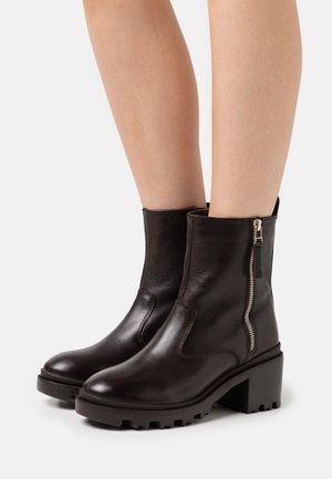 Winter boots - dark brown