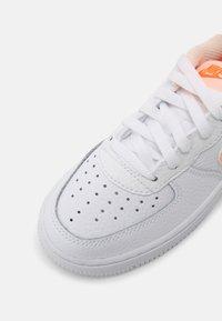 Nike Sportswear - FORCE 1 - Trainers - white/crimson tint/hyper crimson - 4