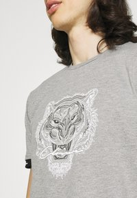 CLOSURE London - HIDDEN LOGOBAND FURY TEE - T-shirt print - grey - 4