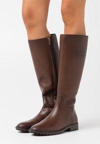 Coach - FYNN BOOT - Boots - walnut - 0